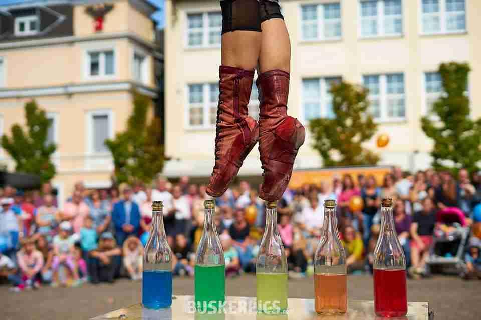 בלט וקרקס הליכה על בקבוקים צבעוניים