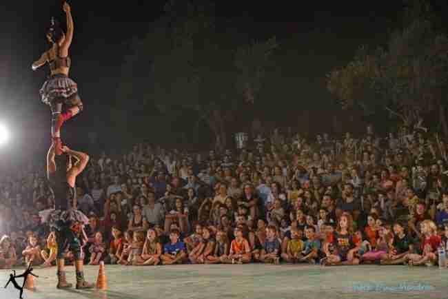 קהל ענק של משפחות נהנות מצפייה במופע קרקס זוגי מרשים