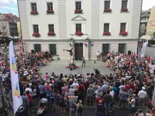 קהל גדול במופע רחוב
