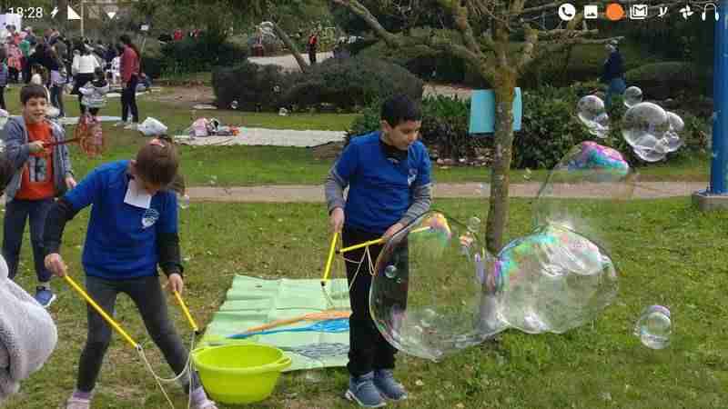 ילדים משתתפים בסדנת בועות סבון