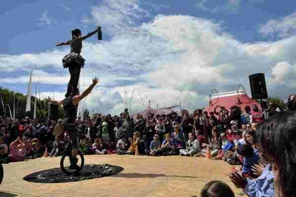 מופע קרקס בפסטיבל בצרפת