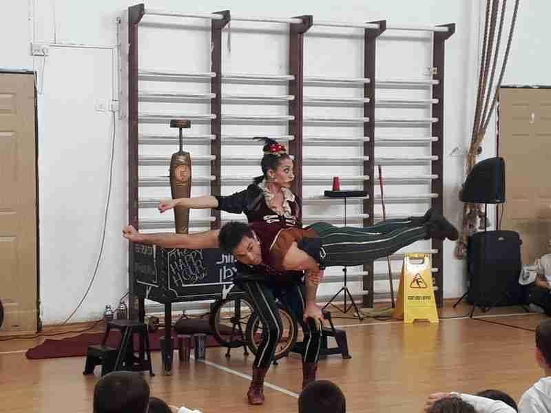 תרגיל אקרובטי מרשים של זוג קרקסנים במופע לבית ספר רמות ויצמן