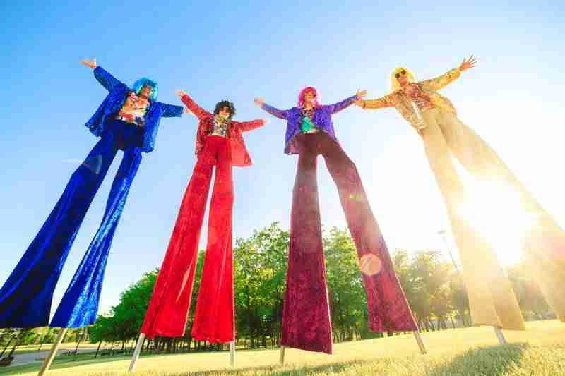 4 הולכי קביים בתלבושות צבעוניות בסגנון שנות השבעים